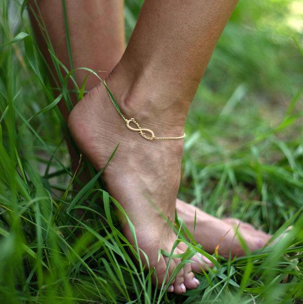 Браслет из желтого золота бесконечность на ногу с именами