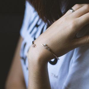 Золотой браслет обруч с именем и сердечком